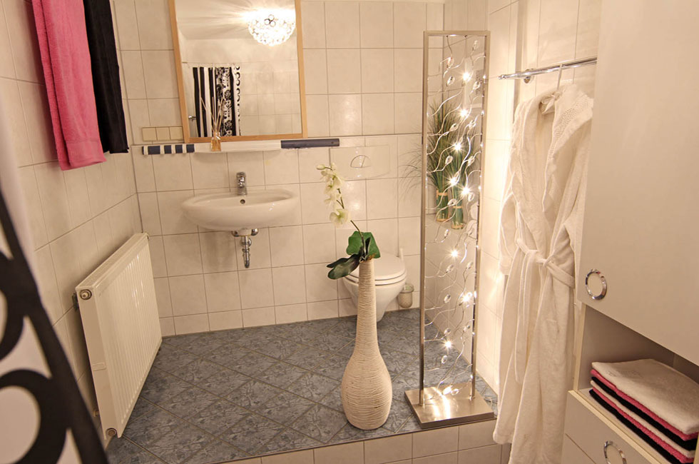 homestaging badezimmer hausundso immobilien offenburg. Black Bedroom Furniture Sets. Home Design Ideas